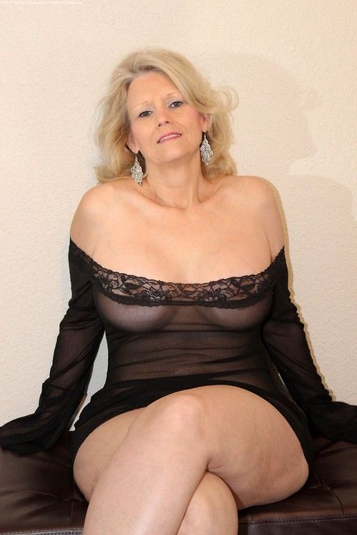 Curvy mature cougar housewife homemade